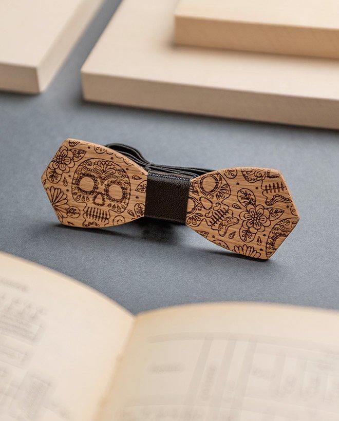 дървена папионка на черепи