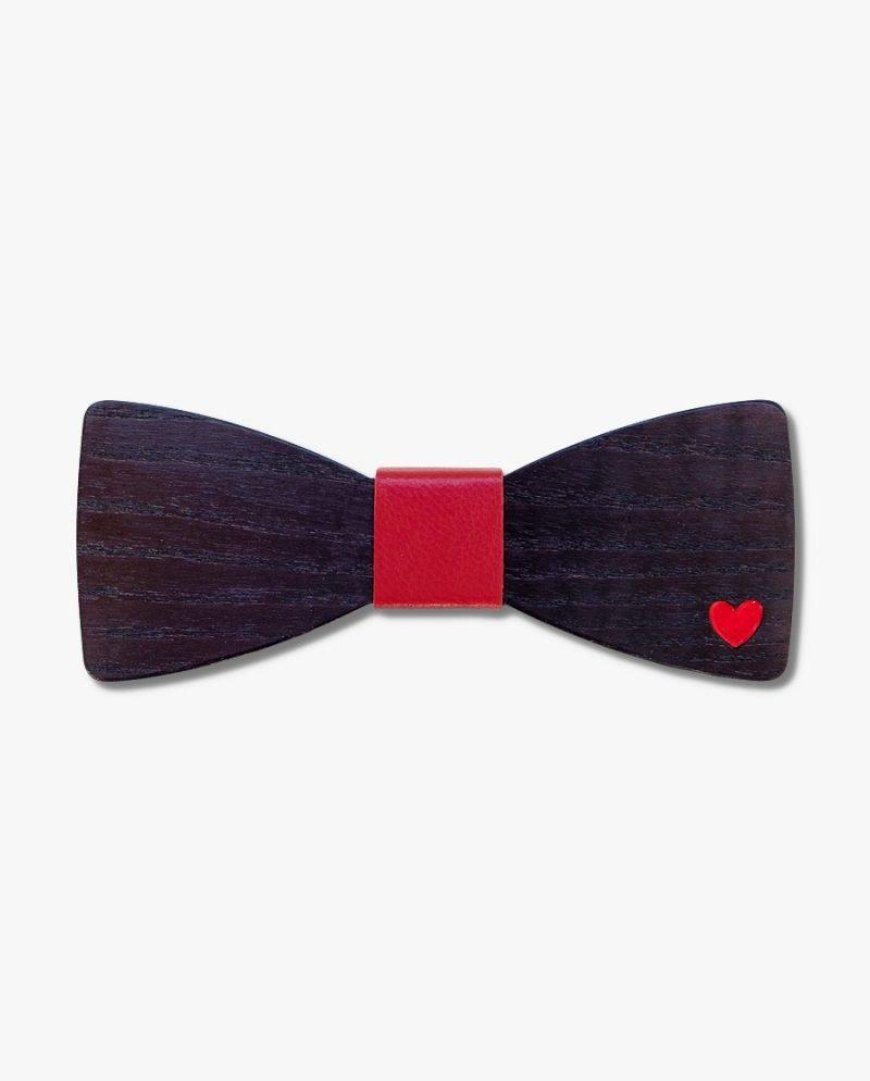 черна дървена папионка червено сърце
