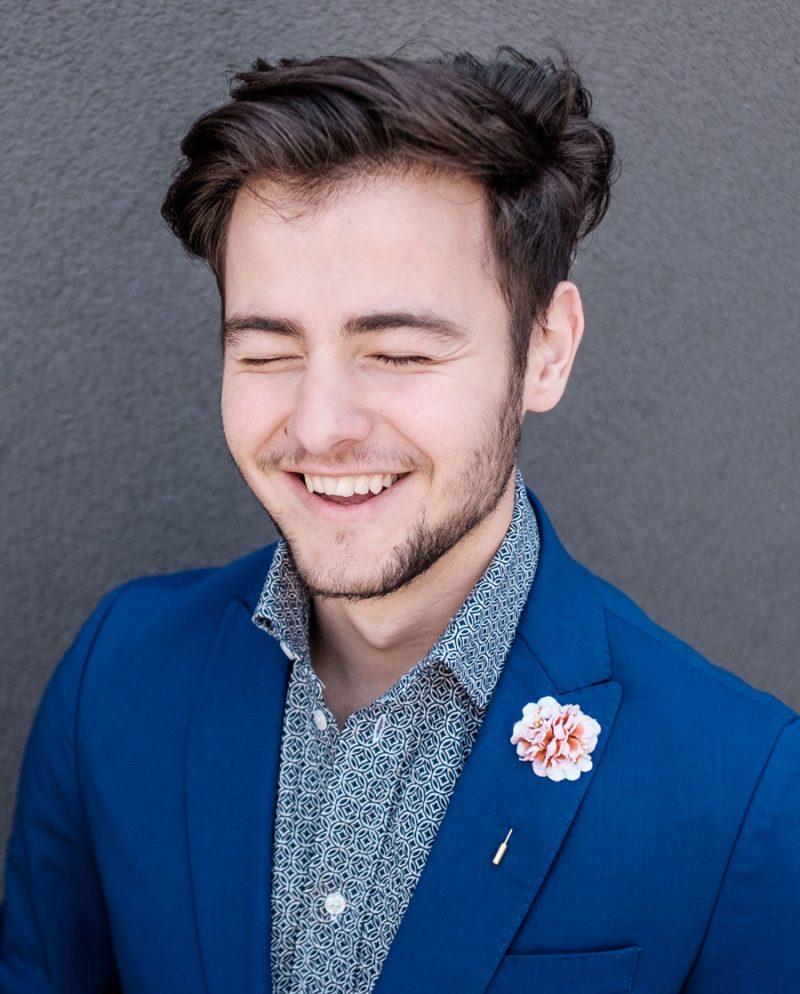 игла ревер усмивка мъж