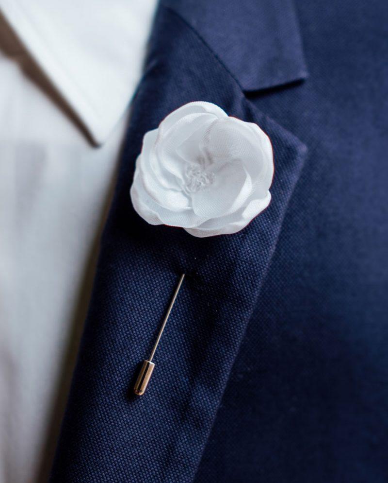игла ревер бяло цвете