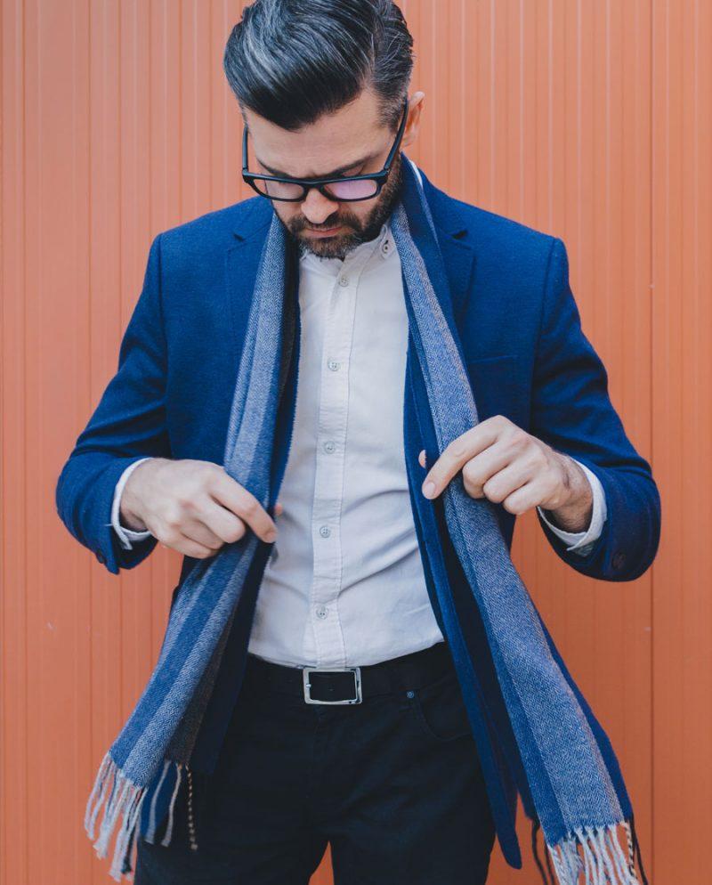 елегантен мъж син шал сако