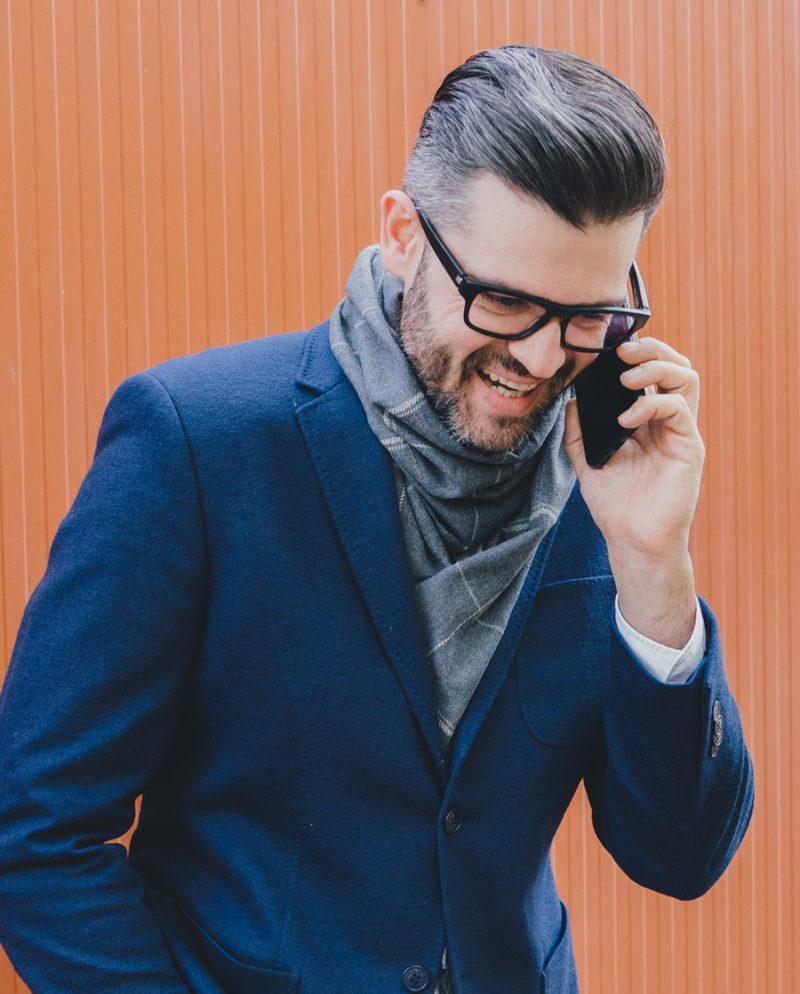 елегантен мъж сив шал сако